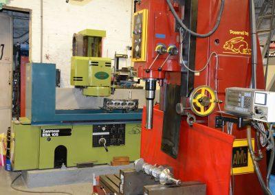 Machine voor uitboren van cilinders in motorblok